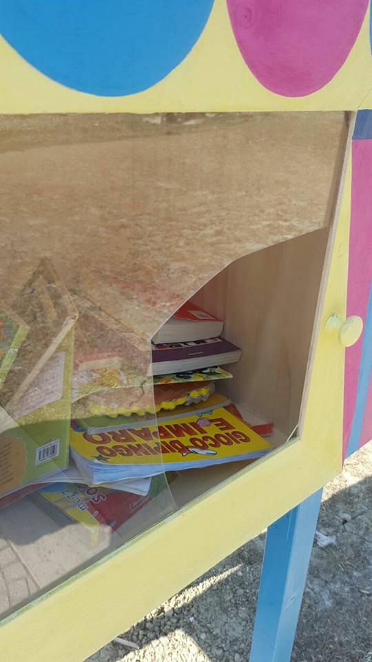 Casetta dei libri junior rotta