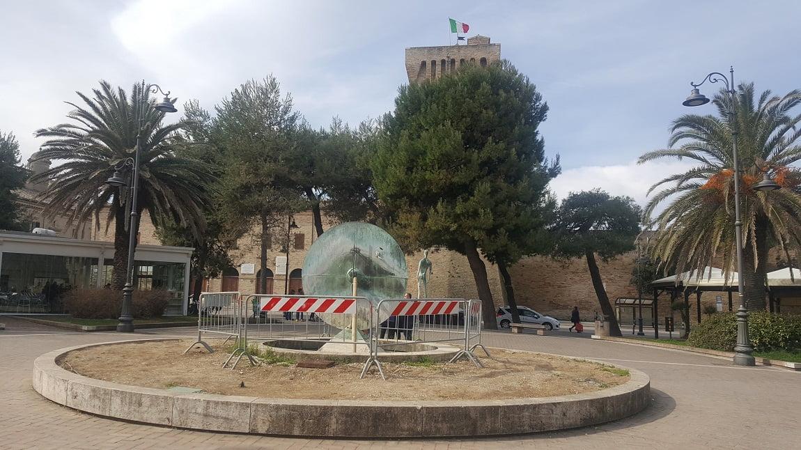 Piazza Brancondi Scultura Bonanotte Porto Recanati
